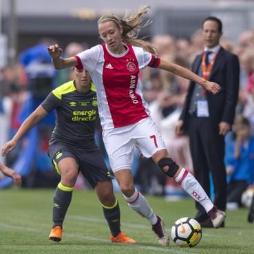 Oud-speelster AZ en Telstar geniet van voetballen in het roodwit van Ajax