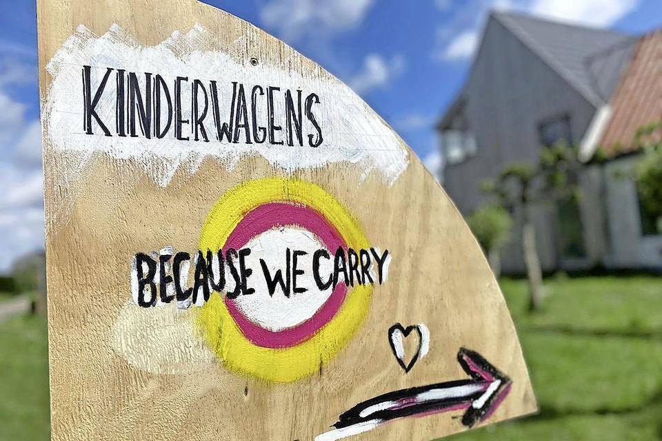 Een bord in de tuin bij Marlies Valkering, op 7 juni hoopt ze minimaal dertig kinderwagens te hebben.