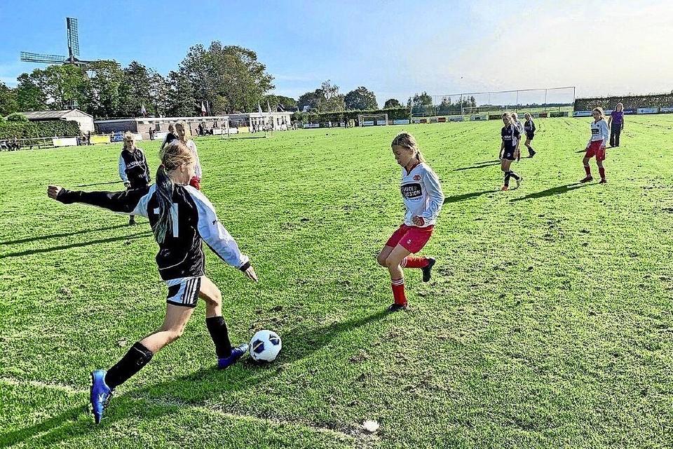 Meidenteam van WSW in actie. De voetbalclub in Wijdenes wil met geld van de Gemeenschapsveiling nieuw meubilair aanschaffen.