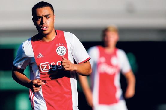 Voor eigen jeugd van Ajax is het steeds moeilijker het eerste te halen, maar Sergino Dest lukt het [video]
