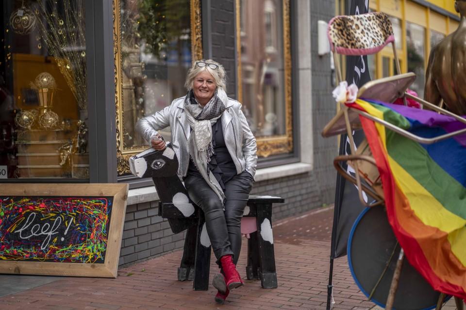 Lydia de Loos voor haar artistieke winkel Leef!.