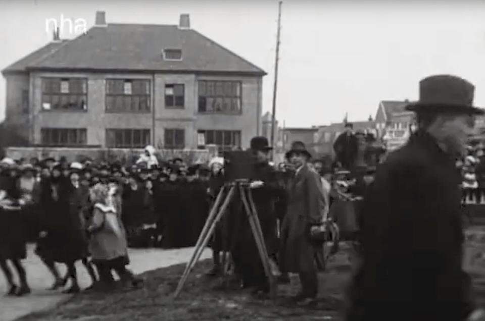 Met een prachtige oude camera worden de festiviteiten gefilmd.
