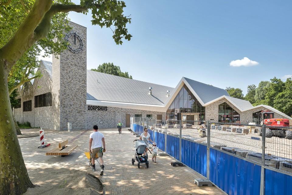 Het plein voor het nieuwe dorpshuis aan de Dennenlaan is bijna klaar.