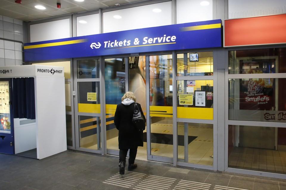 De NS wil de vaste ticketbalie op station Hilversum sluiten.