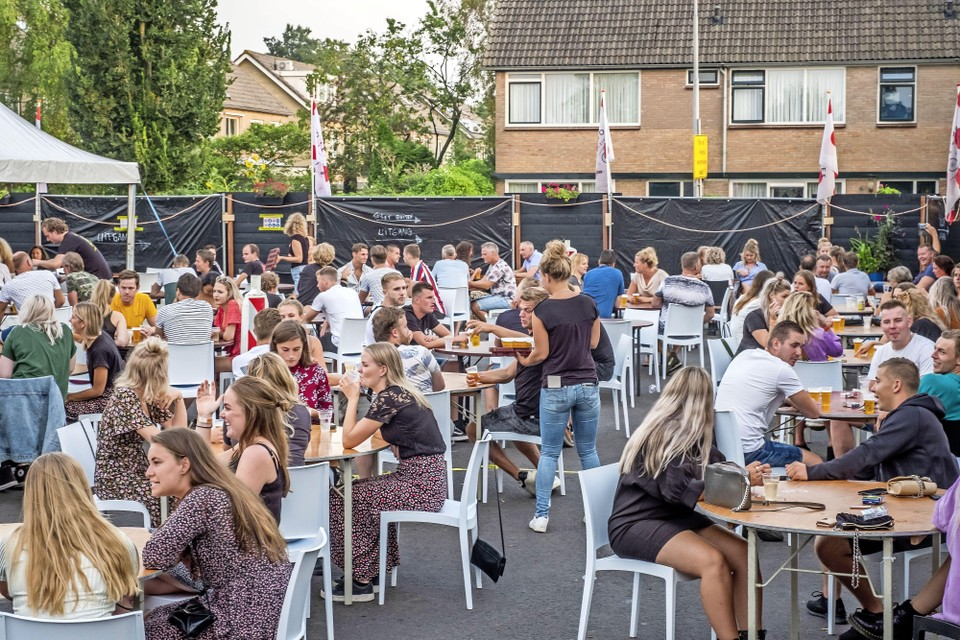 De kermis bij Bolletjescafé De Klok, vorig jaar: aan tafels, anderhalve meter van elkaar.