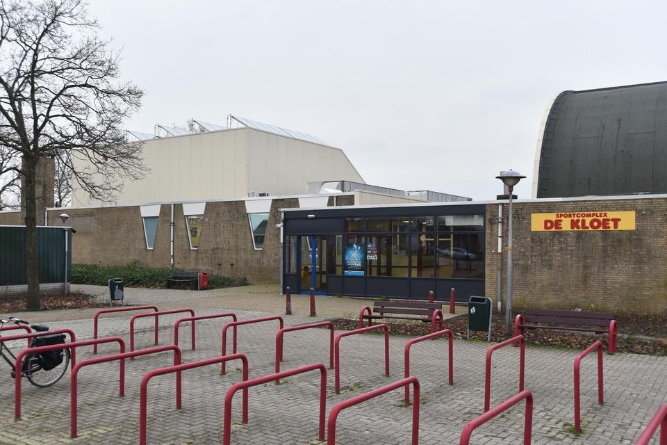 Ingang van sportcomplex De Kloet in Grootebroek, met links het zwembad en rechts de sporthal.