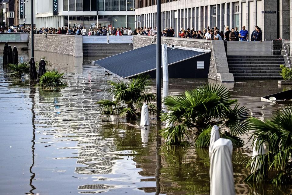 Horecagelegenheden van Venlo zijn ondergelopen op de Maasboulevard door het hoge water in de Maas.