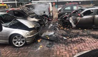 BMW en vijf andere auto's in Zaandam eindigen in een vlammenzee: 'We hebben hier al veel meegemaakt, maar brand nog nooit'