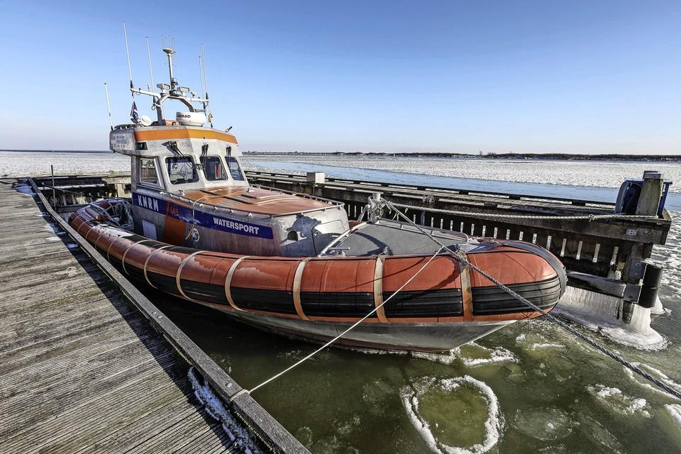 De Watersport van de KNRm Enkhuizen zit vast in het ijs.