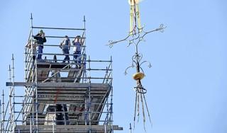 Hij is eraf, het kruis van de Christoforuskerk. Met een enorme hijskraan werd de klus vanmorgen vroeg geklaard door drie generaties van Pronk Bouw [video]