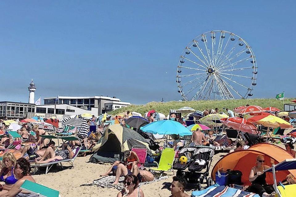 In de zon op het strand in Egmond aan Zee. Zelfs onder een parasol verbrand je makkelijk.