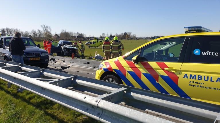 Gewonde bij ongeval met auto en vrachtwagen op N194 bij Berkhout, traumaheli ingezet [video]/update