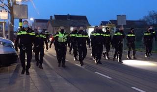 Video: Politiemacht beëindigt straatfeest in De Goorn met honden en wapenstokken