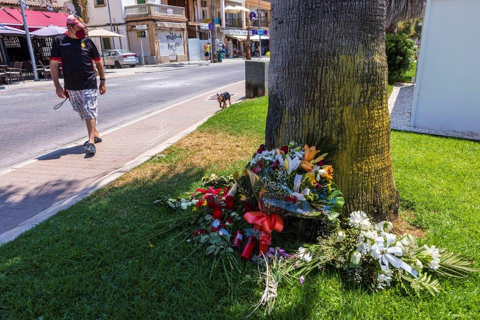 Bloemen bij de plek waar Carlo Heuvelman door de Gooise groep werd doodgeschopt.