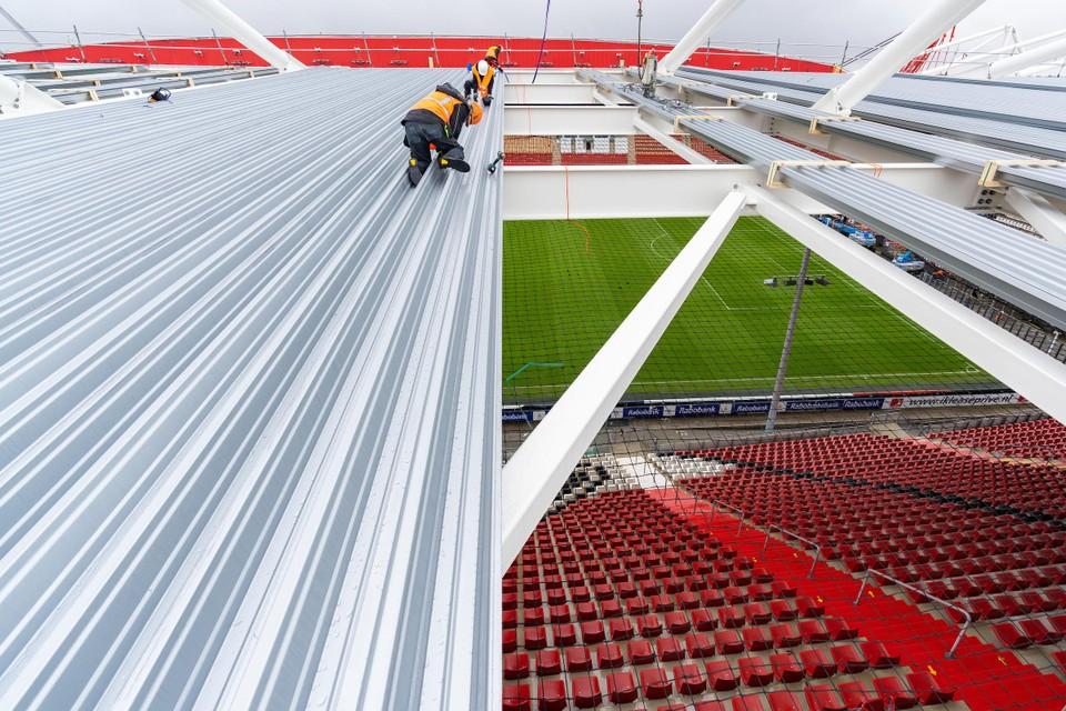 De enorme dakplaten worden bevestigd door de mannen van Reno Projecten.