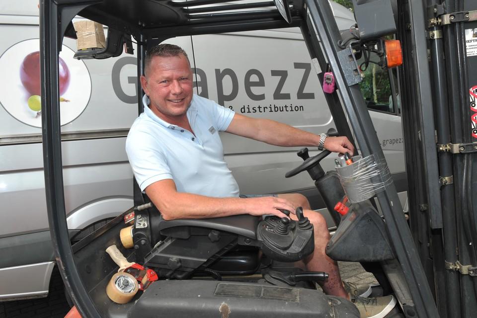 Hans Zandstra aan het werk bij zijn magazijn.