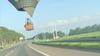 Luchtballon op slechts paar meter hoog over de A44; 'Ziet er spectaculair uit, maar alles onder controle, perfect uitgevoerde landing'