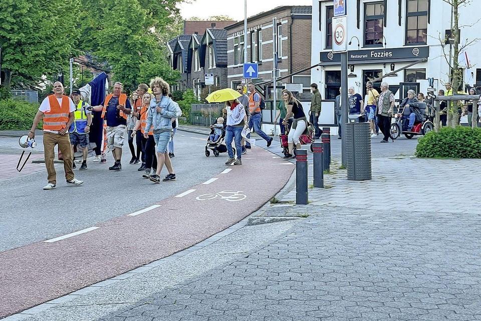 De fakkeltocht voor vrijheid van 10 juni, op het kruispunt Zeestraat - Groenelaan in Beverwijk.