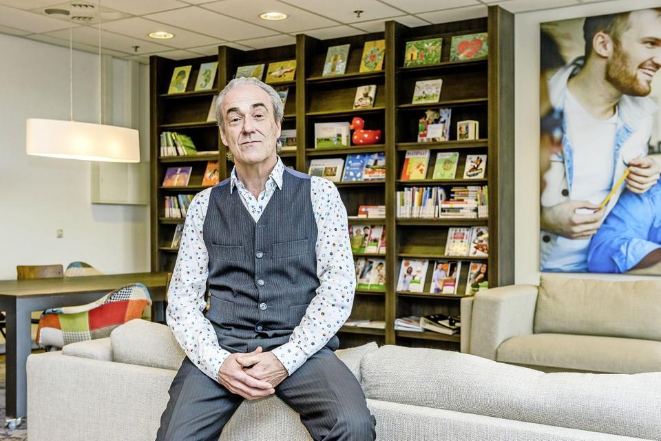 Norbert van Halderen in de bibliotheek aan de Waterlandlaan. ,,We hebben echt wel meer gedaan dan twee uur per dag verrassingstasjes vullen toen we onze deuren moesten sluiten.''