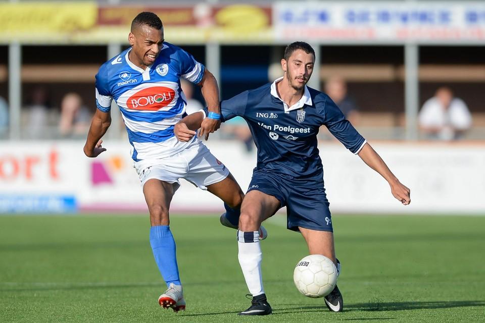 Khalid Tadmine (r) namens HFC in duel met Kevin Sterling, die de Haarlemmers in 20.. verruilde voor Spakenburg en inmiddels bij TEC speelt.