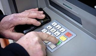 Ouderen uit Westzaan gaan nog steeds eens per week met de dorpsbus naar Assendelft om te pinnen: POV vraagt college opnieuw om geldautomaat terug te brengen naar centrum