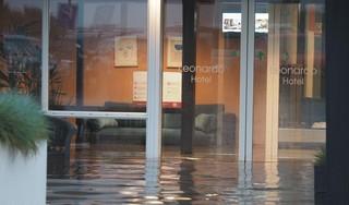 Noodweer in IJmuiden: Leonardo Hotel ondergelopen. Kinderen vermaken zich wel met de regen