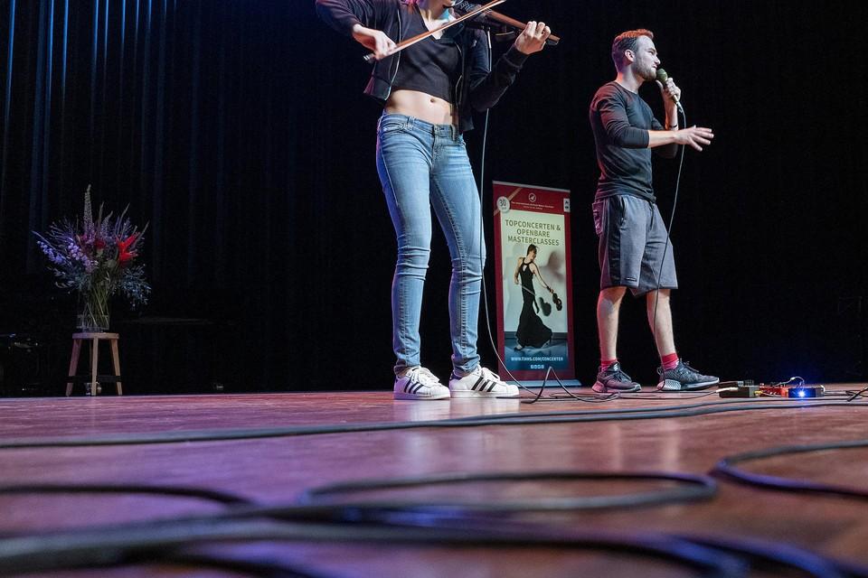 Beatboxer B-Art en violiste Sanne Zwikker tijdens hun optreden.