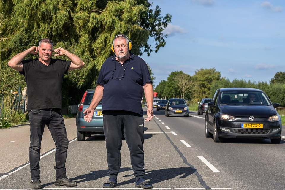 Omwonende Guido Colijn en Willem Netel van de N243 blijven strijden voor stil asfalt.