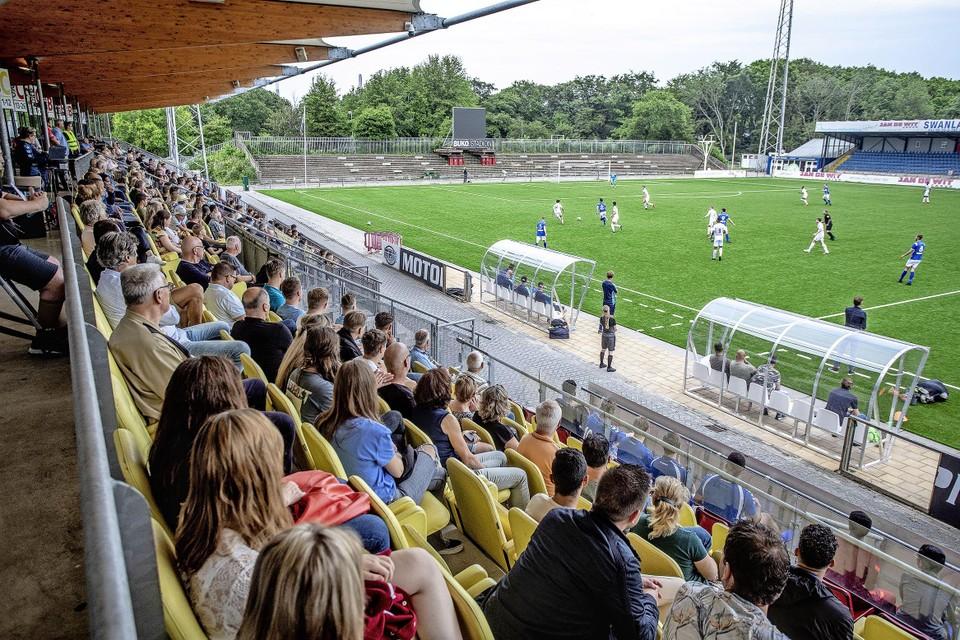 Een paar honderd man op de tribune bij het drieluik tussen Telstar, IJmuiden en Stormvogels.
