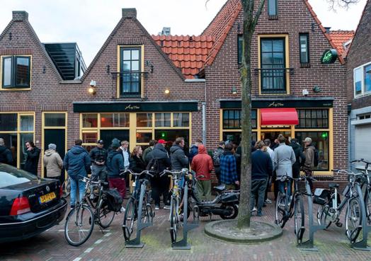 Zaterdag nog rustig, zondag files bij de coffeeshop en uitgestorven horeca in Alkmaar. Zelfs de Achterdam gaat 'plat' [video]