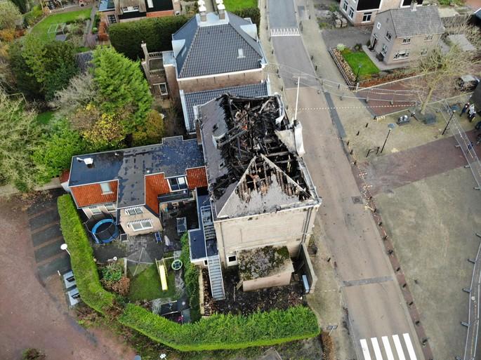 Dronebeelden tonen schade na verwoestende brand raadhuis Obdam