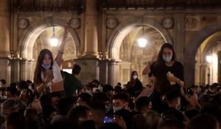 Spanjaarden feesten op straat bij einde avondklok