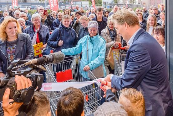 Buurt in de rij voor heropening van hun eigen Dekamarkt in Wormerveer