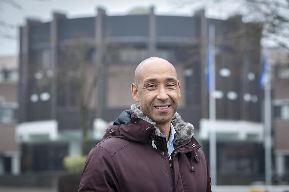 Ex-grensrechter Nicky Siebert bij het raadhuis van Haarlemmermeer.