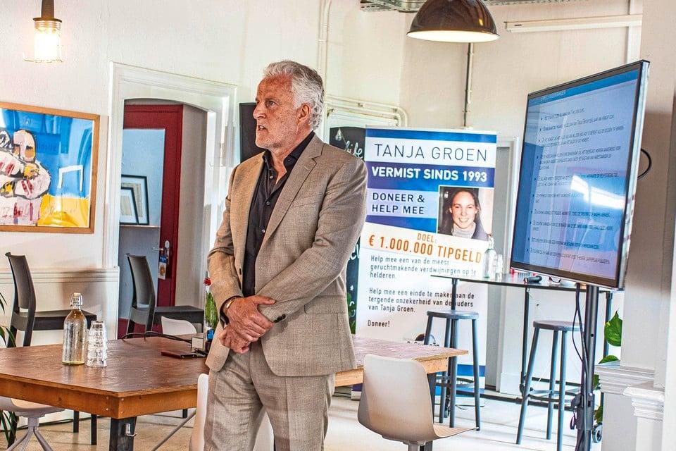 Peter R. de Vries kijkt de zaal in in Pand Raak te Schagen.
