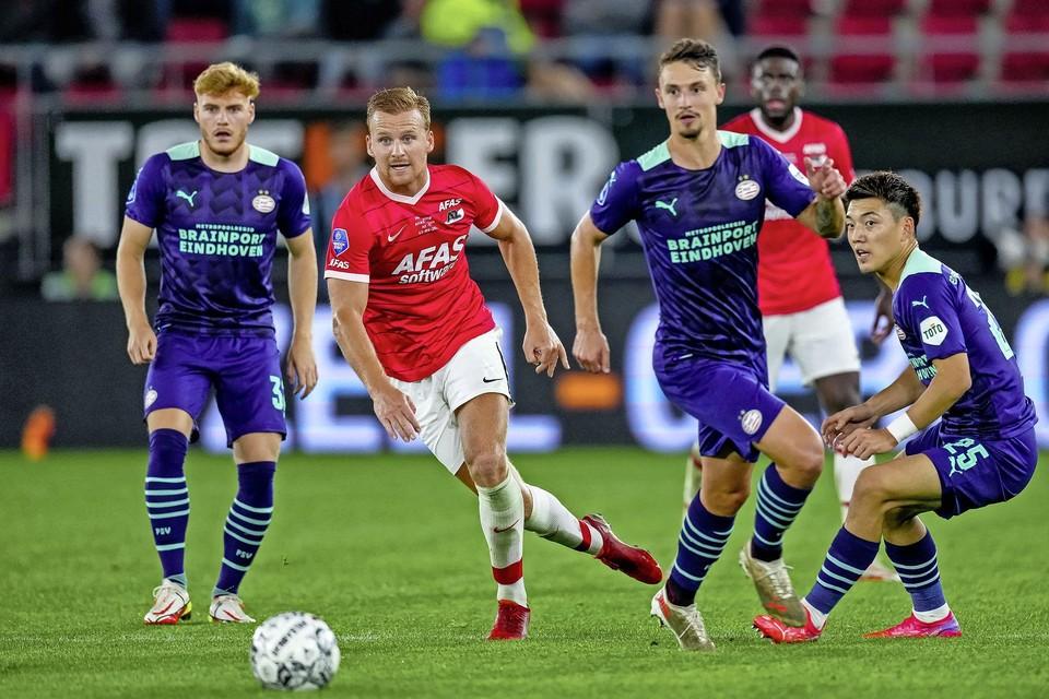 Dani de Wit in één beeld gevangen met de drie doelpuntmakers van PSV: Yorbe Vertessen, Olivier Boscagli en Ritsu Doan.