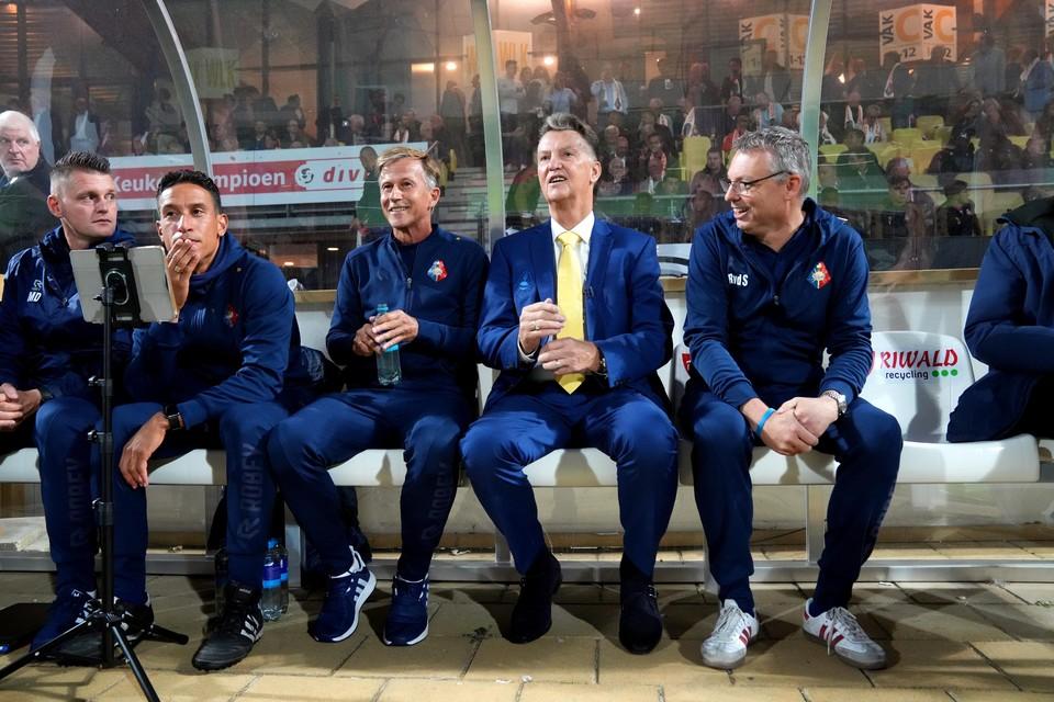 Vlnr: Telstarcoach Andries Jonker, Louis van Gaal, Telstar-assistent-trainer Rene van der Spek.
