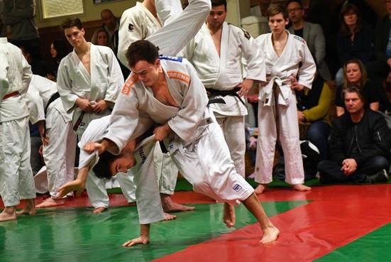 Teamgevoel belangrijk voor judoka's Randers Budosporten tijdens thuiswedstrijd West-Friese competitie: 'Leuk om samen te beleven'