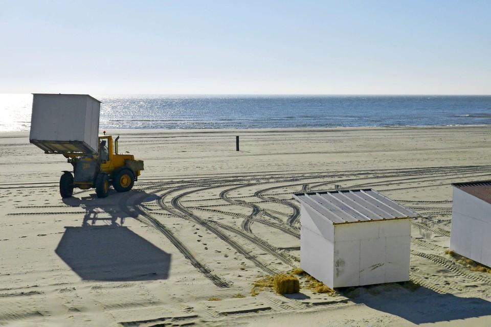 De strandexploitant heeft het hele weekend doorgewerkt om de huisjes zo snel mogelijk op het strand te hebben.