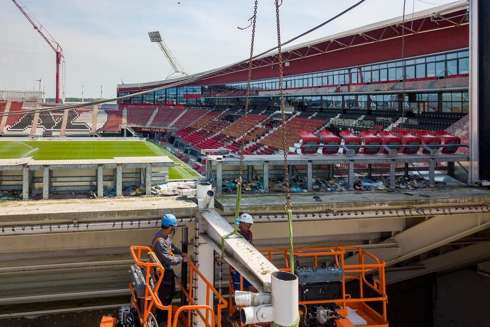Bouwkranen en bouwvakkers druk bezig in het Afas-stadion.