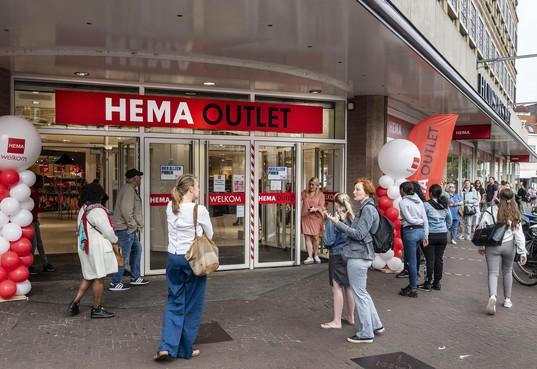 Haarlemmers blij met opening Hema outlet in voormalige Hudson's Bay: 'Ik zoek portemonnee voor leuk prijsje'