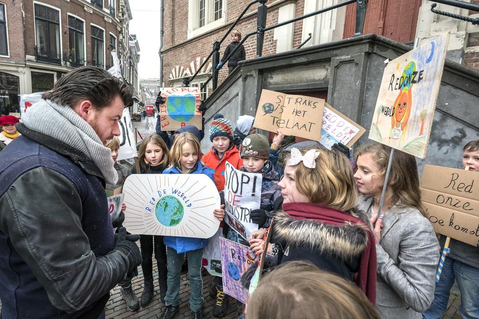Wethouder Robbert Berkhout luistert naar wat de kinderen te zeggen hebben. Hij hoort hoe ongerust ze zijn.