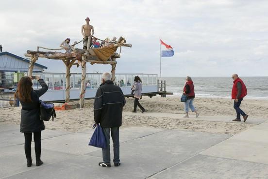Een familie op het dak van een schip bij strandpaviljoen Klavertje Vier in Groote Keeten