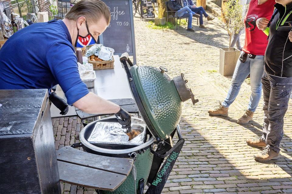 Chef-kok Patrick Holla druk in de weer bij restaurant De Kolk.