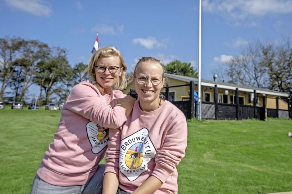Bernice (links) en Romy-Anne Reenders zaten in Westerland verlegen om horecapersoneel.