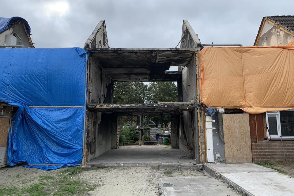 De huidige staat van de door brand verwoeste woningen aan het Hoefblad in Zwaag.