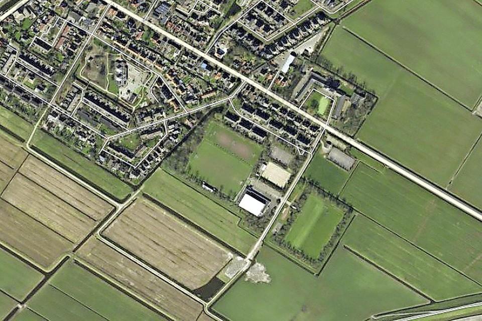 Op het vroegere B-veld van Vesdo in Schagerbrug (rechts, met bomensingel) komen 45 woningen.
