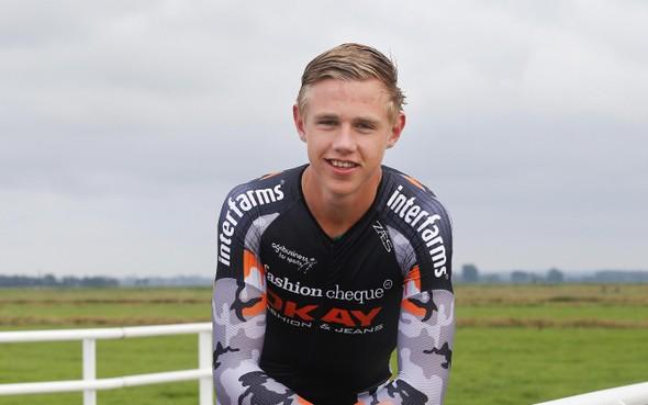 Schaatser Bart Hoolwerf uit Eemdijk wint op zijn verjaardag Grand Prix op Weissensee