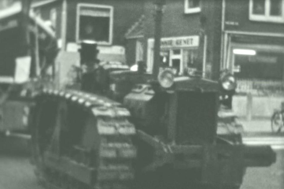 De rupstractor in volle glorie. De Engelse machine draagt de naam 'Zeeleeuw' en heeft jaren trouwe dienst gedaan. Ook hij staat nu te genieten van een welverdiend pensioen in het reddingmuseum te Den Helder.