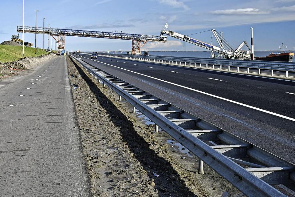 De zandtransportband wordt in de nacht van 6 op 7 augustus op de Afsluitdijk geplaatst om zand van het IJsselmeer naar de Waddenzeezijde over te kunnen brengen.